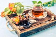 Bild des Kuchens, Blaubeeren, schwarzer Tee Lizenzfreie Stockfotos