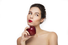 Bild des lächelnden jungen Mädchens mit einem roten Apfel Stockfoto