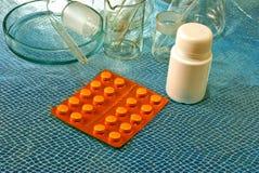 Bild des Laborglases und -tabletten Stockfotos