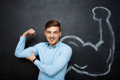 Bild des lustigen Mannes mit dem gefälschten Muskel bewaffnet Stockfotos