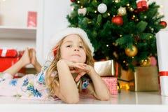 Bild des Mädchens in Sankt-Kappe, die auf Boden liegt Stockfotos