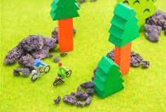 Bild des Mannes und der Frau (Minizahl Puppen) mit Retro- Fahrrad herein Lizenzfreie Stockfotos