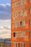 Bild des modernen Gebäudes. Backsteinmauer mit Fenstern Lizenzfreie Stockfotografie