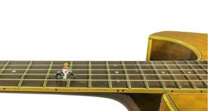 Bild des Musikers auf der Gitarrenlinie bedeutet die Straße zu Erfolg I Stockbild