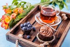 Bild des Nachtischs mit Blaubeeren, Tee Lizenzfreies Stockfoto