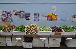 Bild des nassen Marktes Gemüse entlang einer kleinen Gasse in Singapur verkaufend wenig Indien Stockbild