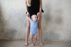 Bild des netten Babys seinen ersten Schritt machend Lizenzfreie Stockbilder