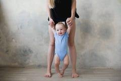Bild des netten Babys seinen ersten Schritt machend Lizenzfreies Stockfoto
