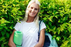 Bild des netten Mädchens mit Sportwolldecke Lizenzfreie Stockbilder