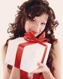 Bild des netten Sankt-Helfermädchens mit Geschenkbox Stockbilder