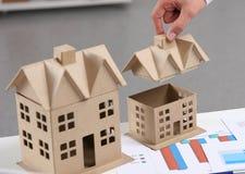 Bild des neuen Musterhauses auf Architekturplan Lizenzfreie Stockfotografie