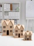 Bild des neuen Musterhauses auf Architekturplan Lizenzfreies Stockfoto
