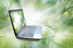 Bild des Notizbuches auf DNA verkettet Hintergrund Lizenzfreie Stockfotografie