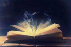 Bild des offenen antiken Buches über Holztisch lizenzfreies stockbild