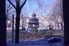 Bild des orientalischen schauenden Strukturgebäudes im Stadtpark mit Ansicht von Bäumen und von Straße Lizenzfreies Stockfoto