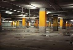 Bild des Parkhauses des Innenraums unterirdisch Stockfotografie