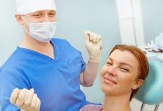 Bild des Patienten sitzend auf zahnmedizinischem Lehnsessel mit Doktor lizenzfreie stockfotografie