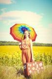 Bild des recht weiblichen haltenen Regenbogenregenschirmes Lizenzfreie Stockbilder