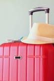 Bild des roten eleganten Reisegepäcks und des Fedorahutes vor Meer Reise- und Ferienkonzept Lizenzfreies Stockfoto