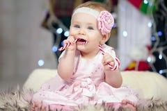 Bild des süßen Babys mit Süßigkeit Stockfoto