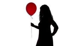 Bild des Schattenbildes der Frau mit rotem Ballon Stockfoto