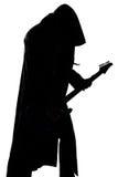 Bild des Schattenbildes des jungen Mannes, welches die Gitarre spielt Stockfoto