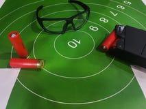 Bild des Schießstands mit Ziel, Gläser, Gewehr Lizenzfreie Stockfotografie