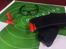Bild des Schießstands mit Ziel, Gläser, Gewehr Stockfotos