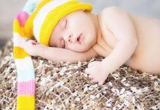 Bild des schlafenden Babys mit wollener Kappe Stockfoto