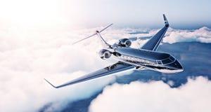 Bild des schwarzen generischen Designprivatjetluxusfliegens im blauen Himmel bei Sonnenaufgang Enormes Weiß bewölkt Hintergrund G Stockbilder