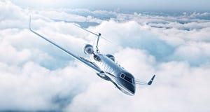 Bild des schwarzen generischen Designprivatjetluxusfliegens im blauen Himmel Enorme weiße Wolken am Hintergrund Junge Frau im Her Stockfotografie
