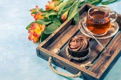 Bild des schwarzen Tees, backen mit Sahne zusammen Stockfoto
