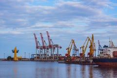 Bild des Seehafens mit Kränen Stockfoto