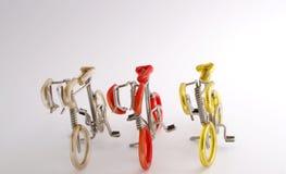 Bild des selektiven Fokus des handgemachten Fahrrades gemacht durch Aluminiumdraht- und Farbrohrplastik mit weißem Hintergrund un stockfotografie