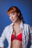 Bild des sexy jungen Modells, das auf blauem Hintergrund aufwirft Stockfotografie