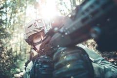 Bild des Soldaten im Sturzhelm und mit Maschinenpistole Stockfoto