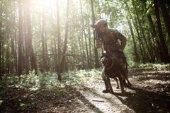Bild des Soldaten mit Hund Stockfoto