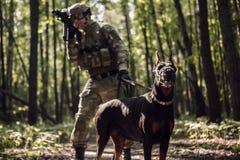 Bild des Soldaten mit Hund Stockfotos