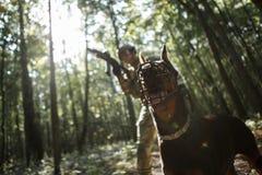 Bild des Soldaten mit Hund und Maschinenpistole Stockbild