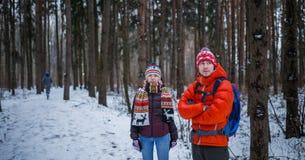 Bild des Sports Mann und Frau, die im Winterwald stehen Lizenzfreies Stockbild