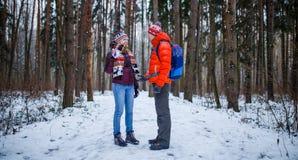 Bild des Sports Mann und Frau, die im Winterwald stehen Lizenzfreie Stockbilder