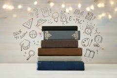 Bild des Stapels Bücher über Holztisch mit Satz zurück zu Schule-infographics Lizenzfreie Stockfotografie