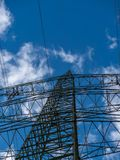 Bild des Strommasts mit bewölktem Hintergrund lizenzfreie stockfotos