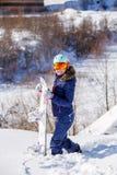 Bild des tragenden Sturzhelms des weiblichen Athleten mit dem Snowboard, der im Park steht Stockfotos