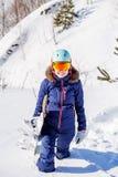 Bild des tragenden Sturzhelms des weiblichen Athleten mit Snowboard Lizenzfreies Stockfoto