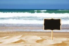 Bild des tropischen sandigen Strandes und leere Tafel unterzeichnen Lizenzfreie Stockfotos