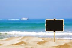 Bild des tropischen sandigen Strandes und leere Tafel unterzeichnen Stockfotos