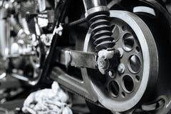 Bild des verborgenen Fahrrades in der Mechanikerwerkstatt Lizenzfreie Stockfotos