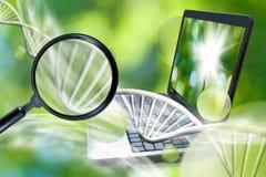 Bild des Vergrößerungsglases auf Kette von DNA-Hintergrund Lizenzfreies Stockfoto
