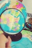 Bild des Vergrößerungsglasgrases auf Weltkarte Lizenzfreie Stockbilder